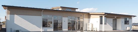 屋根にガルバリウム鋼板と、外壁にシーリングレスのサイディングを採用し、30年間メンテナンスフリー。屋根は外断熱または高断熱材を採用し、夏場のエアコン消費電力を削減します。