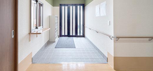 玄関戸は開口幅の広い三枚引き戸を採用。普段の車いすから、万一のストレッチャーにも対応。