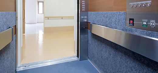 エレベーターはトランク付を標準採用。万一のストレッチャーにも安心。