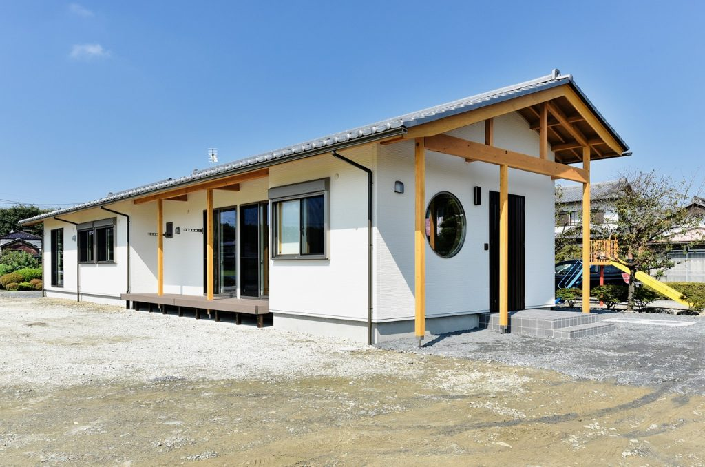 書斎やスタディーのある瓦屋根の家