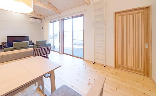 標準仕様5/  塗装済み無垢フローリング、室内扉の採用