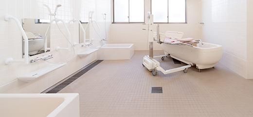 浴室は機械浴1台と個浴2台のスペースを確保。ゆったりと介助可能な広さです。