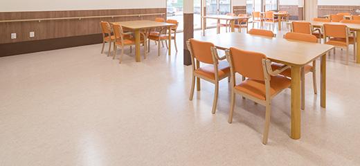 床材は通常のクッションフロアーより厚みのある、介護施設専用商品を採用。利用者様のケガ防止になります。