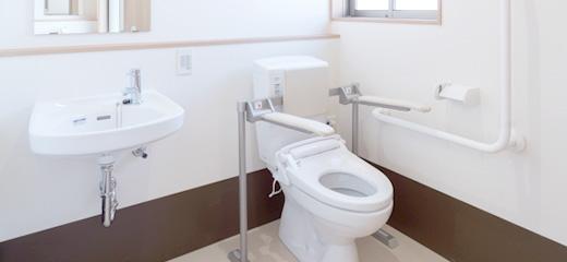 利用者用トイレには跳ね上げ手摺とL型手摺の両方を設置。
