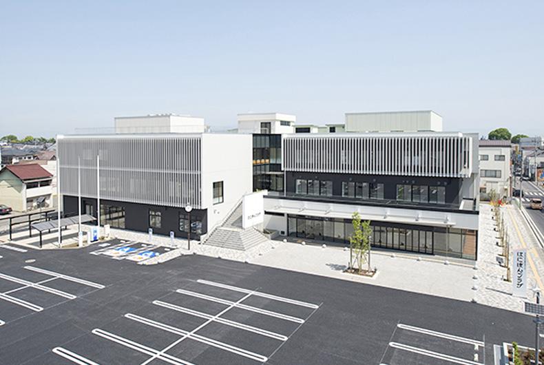 1955年に故八木孝三郎が埼玉県本庄市で創業し、以来工業団地が多く点在する地域として、生産・物流施設、倉庫を多く手掛けて参りました。長年お世話になっている企業様が多くあり、品質と適正価格の裏付けとなっています。実績を増やしつつ、医療・福祉施設分野も建設の幅を広げ、歯科医院、診療所、グループホーム、障害者支援施設、高齢者専用賃貸住宅を建設してきました。近年では住宅型有料老人ホーム、サービス付き高齢者向け賃貸住宅、ショートステイの建設実績を伸ばしています。こちらは事業者様ご自身だけでなく、土地活用の新たな形として、地主様からも需要が多くございます。